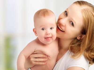 要想又快又轻松的给宝宝洗澡应该这样做